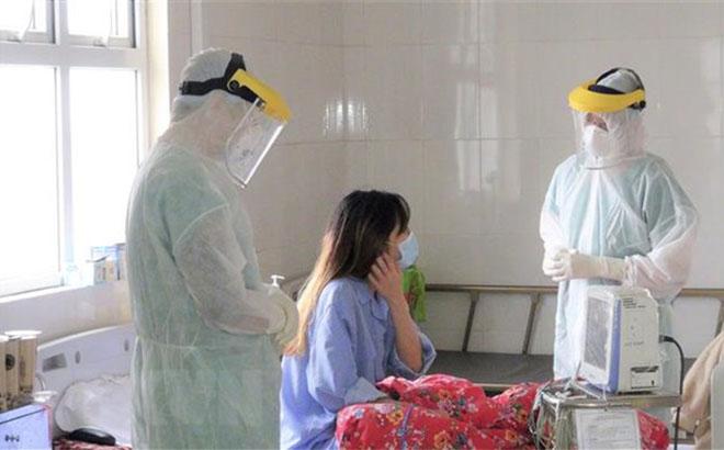 Các bác sỹ theo dõi diễn biến sức khỏe bệnh nhân nhiễm COVID-19 tại Bệnh viện bệnh lý hô hấp cấp tính số 2, Thành phố Hạ Long.
