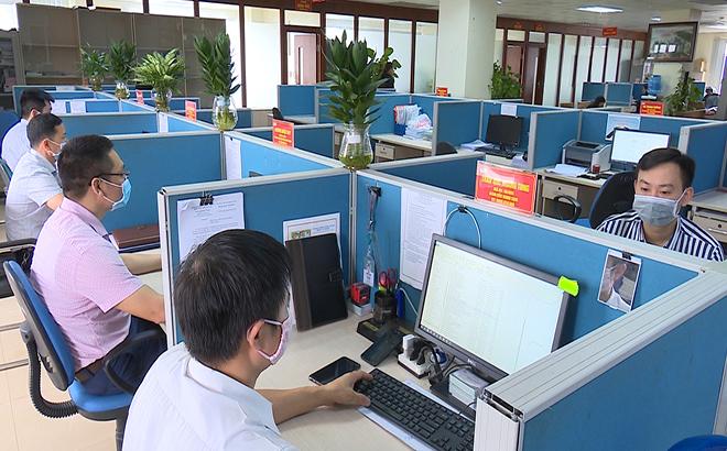 Cần tăng cường sử dụng các giao dịch trực tuyến, điện thoại trong công việc, giảm giao tiếp trực tiếp. Ảnh Thanh Chi