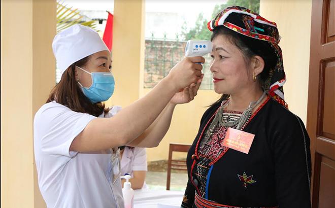 Đại biểu xã Vĩnh Kiên, huyện Yên Bình được kiểm tra thân nhiệt trước khi vào dự Đại hội.