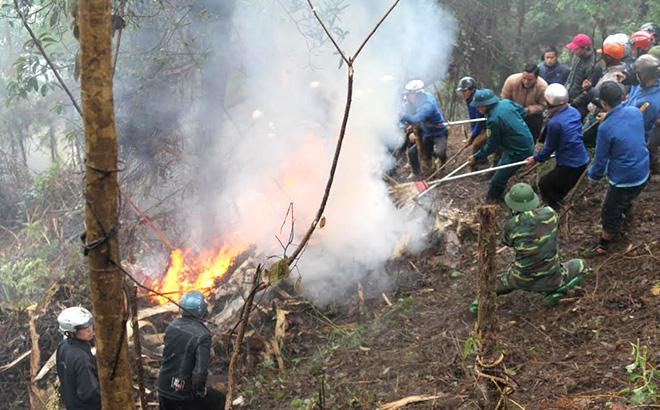 Các lực lượng tham gia dập lửa tại cuộc diễn tập ứng phó phòng chống cháy rừng và tìm kiếm cứu nạn tại huyện Trạm Tấu.