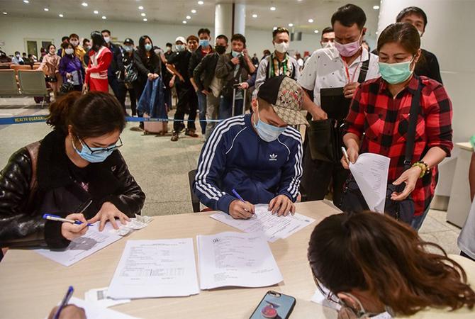 Hành khách làm thủ tục khai báo y tế khi nhập cảnh tại sân bay Nội Bài.