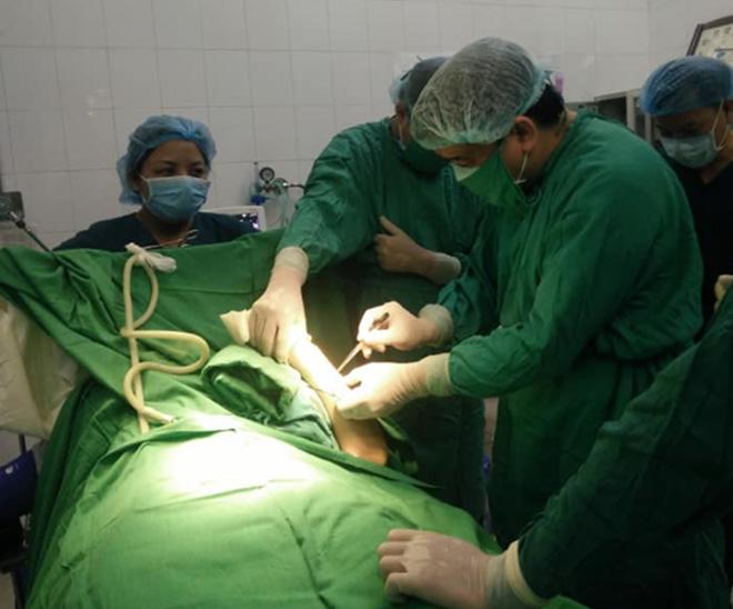 Các bác sỹ thực hiện phẫu thuật kết hợp xương cho bệnh nhân Đinh Thị H