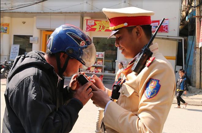 Lực lượng cảnh sát giao thông Công an huyện Trạm Tấu kiểm tra nồng độ cồn đối với người điều khiển phương tiện.