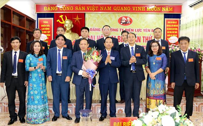 Lãnh đạo Đảng bộ Khối cơ quan và doanh nghiệp tỉnh tặng hoa Ban Chấp hành Đảng bộ Công ty Điện lực Yên Bái khóa XVI, nhiệm kỳ 2020-2025.