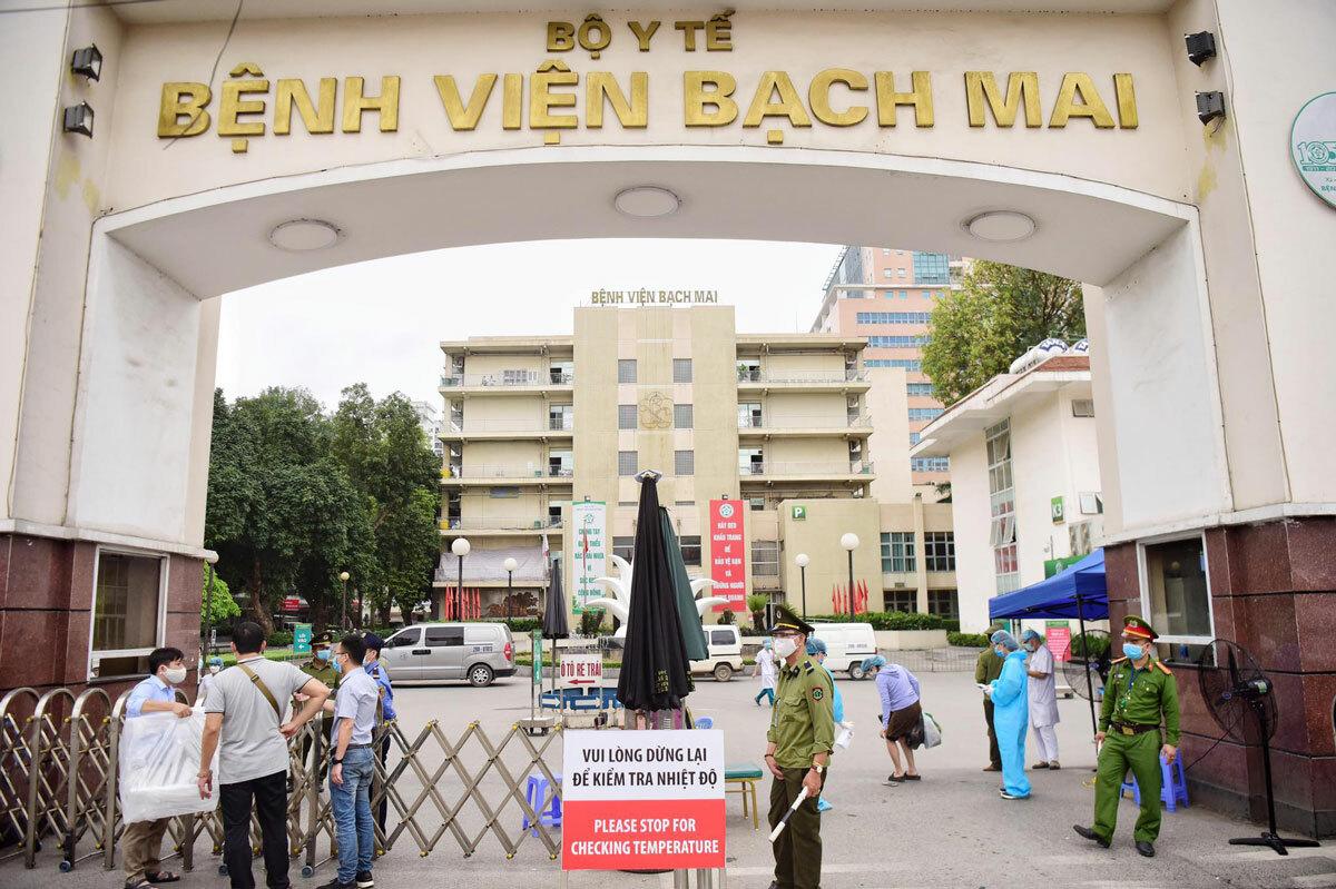 Tại cổng số 1 Bệnh viện Bạch Mai mọi hoạt động vẫn bình thường, người dân khi vào cổng sẽ được đo kiểm tra thân nhiệt và sát khuẩn tay.