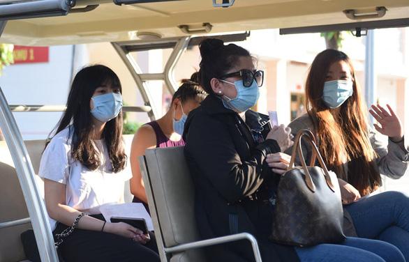 4 bệnh nhân được xuất viện sau khi điều trị tại Bệnh viện dã chiến Củ Chi