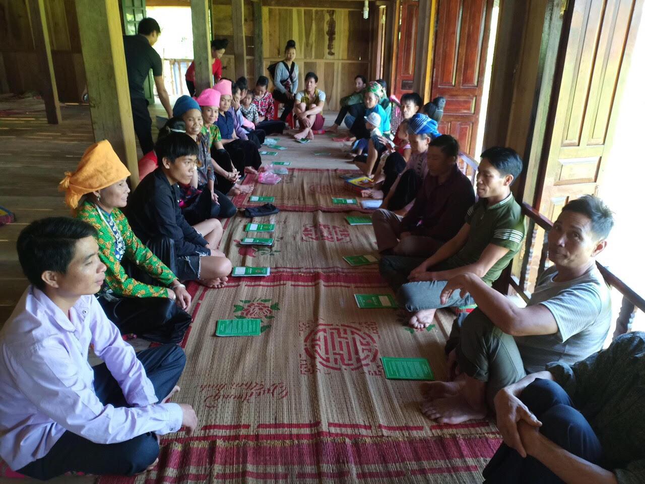 Cán bộ phòng giao dịch nhcsxh thị xã nghĩa lộ họp tổ vay vốn tại xã Nghĩa An.
