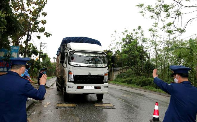 Cân kiểm tra tải trọng xe trên quốc lộ 37, đoạn qua thị trấn Thác Bà, huyện Yên Bình.