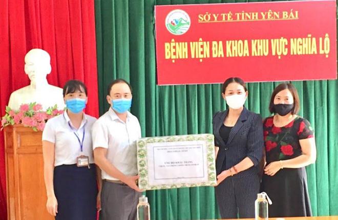 Trường tiểu học KIm Đồng tặng Bệnh viện Đa khoa khu vực Nghĩa Lộ 1.400 chiếc khẩu trang phòng, chống dịch COVID-19