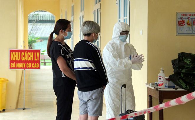 Công dân cách ly tập trung được hướng dẫn vệ sinh, sát khuẩn tay tại Trung đoàn 121, Bộ Chỉ huy quân sự tỉnh.