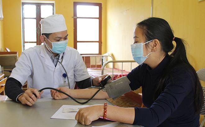 Các bệnh nhân đến thăm khám tại các trung tâm y tế đều được bác sỹ tuyên truyền về cách phòng chống dịch Covid-19.