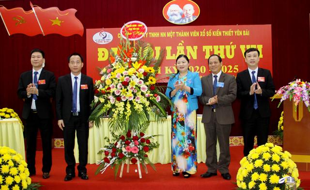 Đồng chí Triệu Tiến Thịnh - Phó Chủ tịch HĐND tỉnh cùng lãnh đạo Đảng ủy Khối các cơ quan và Doanh nghiệp tỉnh tặng hoa chúc mừng Đại hội.