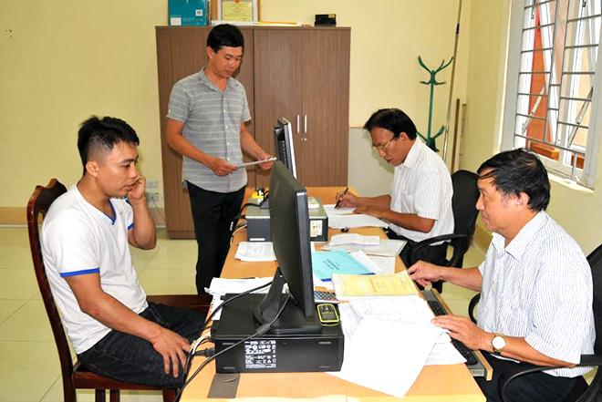 Cán bộ Chi cục Thuế Yên Bình triển khai nhiệm vụ thu ngân sách quý I năm 2020.