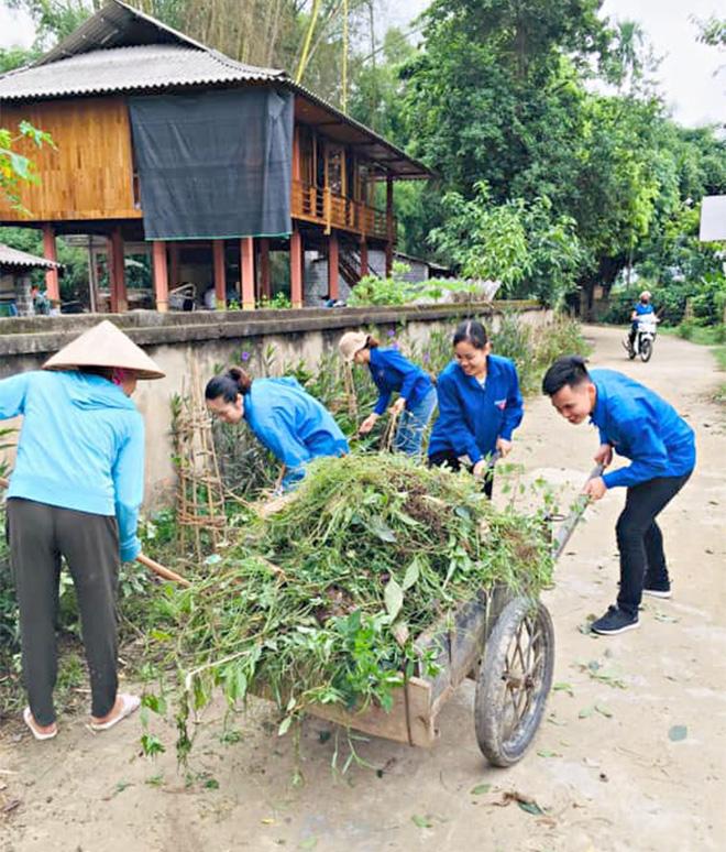 """Đoàn Thanh niên thị xã Nghĩa Lộ tích cực thực hiện Mô hình """"Tuyến đường hoa"""" tại cơ sở."""