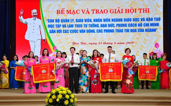 Trao giải Hội thi cán bộ quản lý, giáo viên ngành giáo dục và đào tạo học tập và làm theo tư tưởng, đạo đức, phong cách Hồ Chí Minh gắn với các cuộc vận động, các phong trào thi đua của ngành giáo dục và đào tạo tỉnh Yên Bái năm 2019.