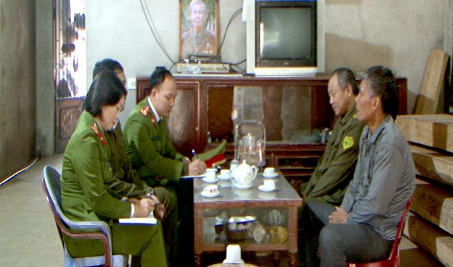 Trung tá Vũ Thị Thanh Thủy xuống địa bàn nắm bắt tình hình cơ sở.