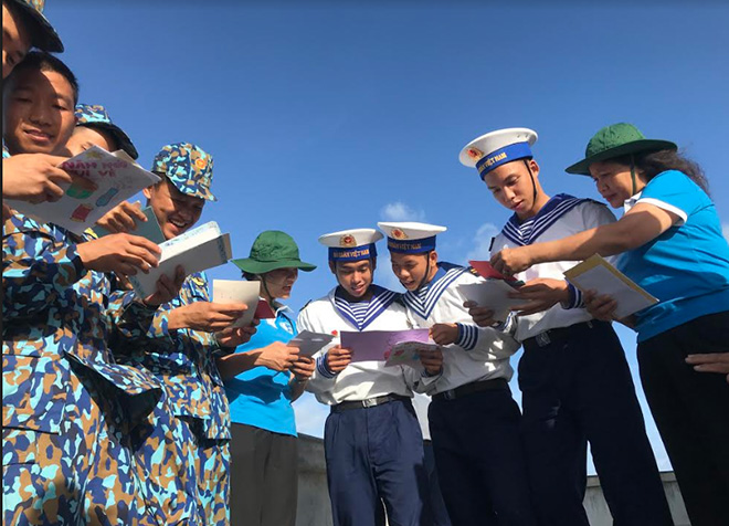 Chiến sĩ trẻ đảo Sơn Ca cùng đọc những lá thư được gửi từ đất liền.