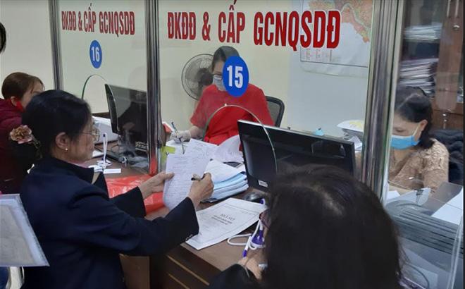 Bộ phận Phục vụ hành chính công thành phố Yên Bái phục vụ người dân và doanh nghiệp giải quyết thủ tục hành chính.