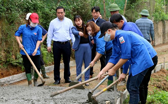 Bí thư Huyện ủy Đoàn Hữu Phung kiểm tra tuyến đường GTNT tại thôn Làng Ngần, xã Vũ Linh trong buổi ra quân làm đường GTNT chào mừng đại hội đảng bộ các cấp.