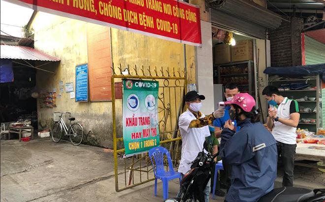Lực lượng chức năng làm nhiệm vụ tại chốt kiểm soát vào cổng chợ Yên Thịnh, thành phố Yên Bái.