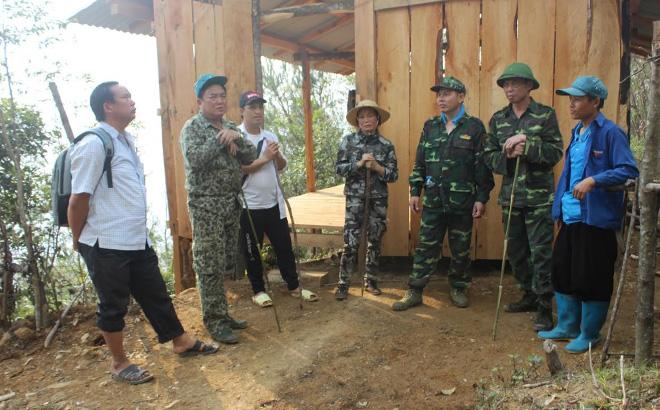 Lãnh đạo huyện Trạm Tấu trao đổi với nhân dân về quản lý bảo vệ rừng.