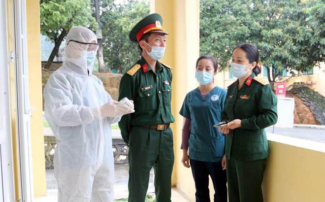 Lãnh đạo Trung đoàn 121 và cán bộ Trung tâm Y tế huyện Yên Bình hàng ngày trao đổi về công tác phục vụ các công dân thực hiện cách ly.