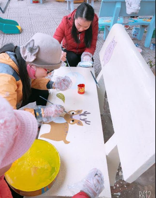 Các cô giáo Trường Mầm non Thạch Lương trang trí khuôn viên.