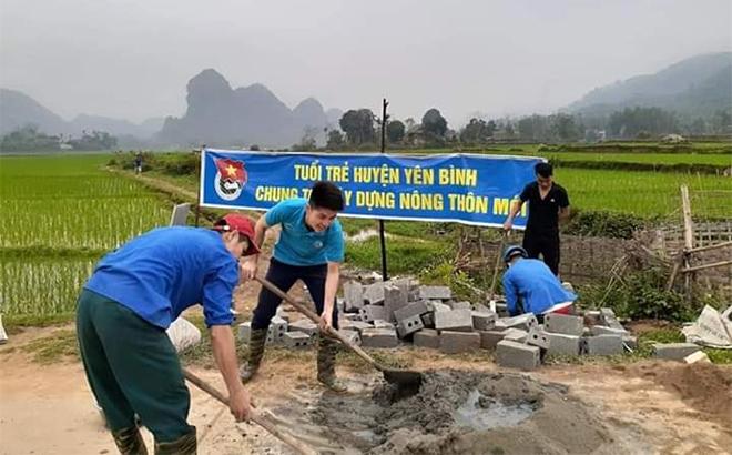 Đoàn viên thanh niên xã Xuân Long, huyện Yên Bình xây dựng bể chứa bao bì thuốc bảo vệ thực vật trên các cánh đồng trong xã.