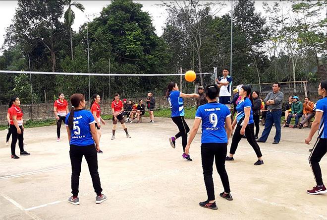 Môn bóng chuyền hơi được người dân xã Đại Lịch tích cực luyện tập.