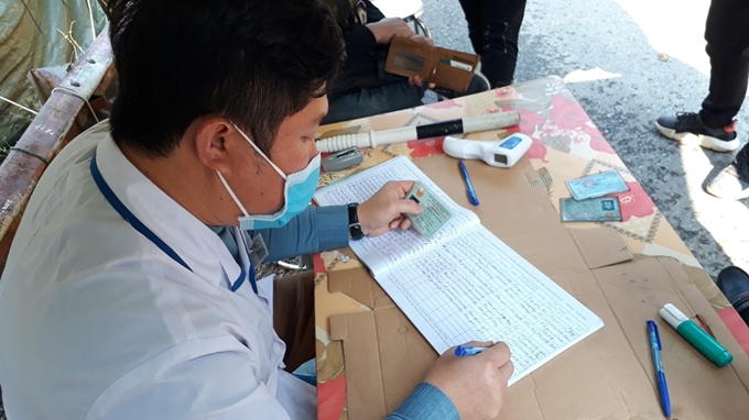 Mọi thông tin người qua lại của người ở các địa phương khác vào tỉnh Yên Bái được lực lượng chức năng tại chốt kiểm dịch ghi chép cẩn thận vào sổ theo dõi với bình quân 500 lượt người qua lại/ngày.