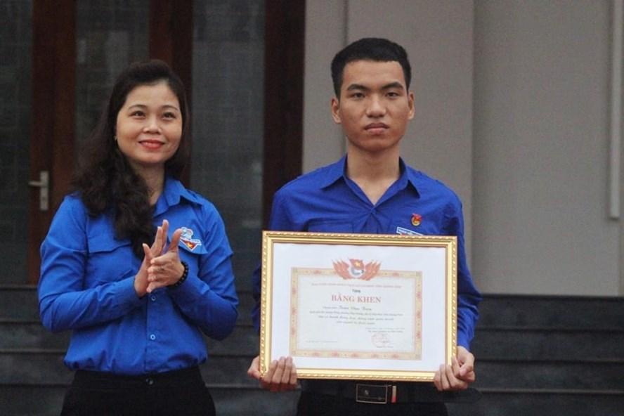 Tỉnh đoàn Quảng Nam trao bằng khen cho anh Trần Văn Tròn.