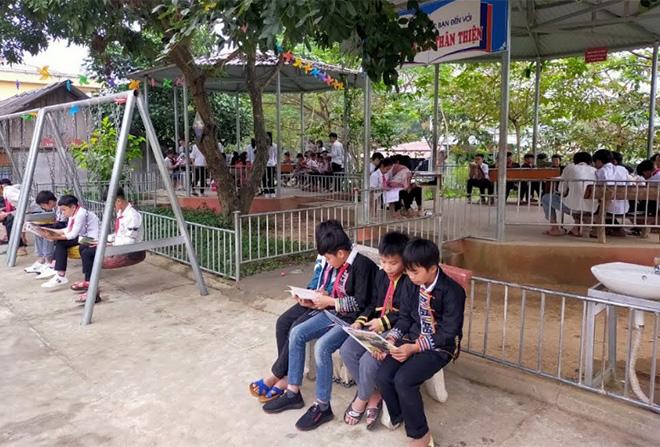 Học sinh Trường Phổ thông DTBT THCS Lang Thíp, huyện Văn Yên đọc sách tại Thư viện xanh của nhà trường (ảnh chụp trước ngày 26/1).
