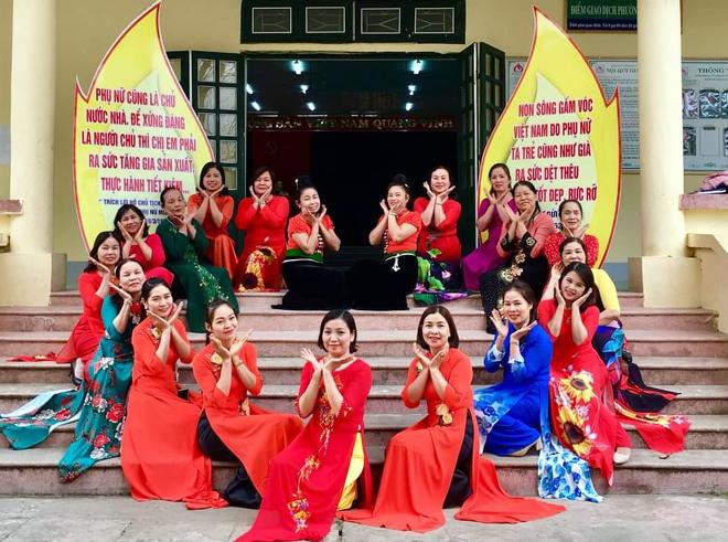 Chị em Hội Liên hiệp phụ nữ phường Trung Tâm, thị xã Nghĩa Lộ duyên dáng trong tà áo dài truyền thống.