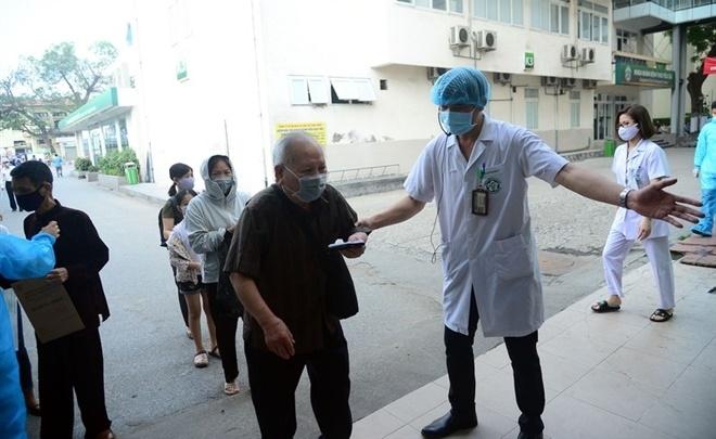 Người dân tới khám bệnh tại Bệnh viện Bạch Mai