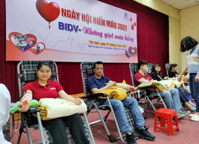 """Các tình nguyện viên tham gia hiến máu trong Ngày hội hiến máu """"BIDV – Những giọt máu hồng"""""""