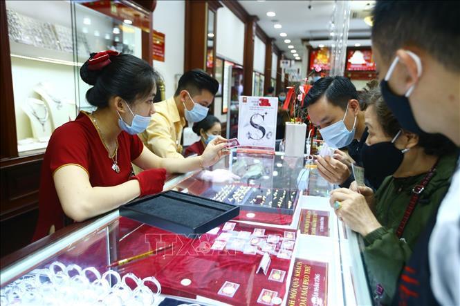 Công ty Vàng bạc Đá quý Sài Gòn niêm yết giá vàng SJC tại thị trường Hà Nội ở mức 55,9 - 56,32 triệu đồng/lượng.