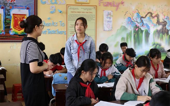 Em Hoàng Thị Mai phát biểu xây dựng bài trong giờ học.