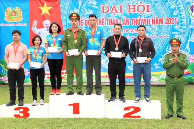 Đại tá Nguyễn Hữu Biên - Phó Giám đốc Công an tỉnh trao huy chương cho các vận động viên đạt thành tích cao.