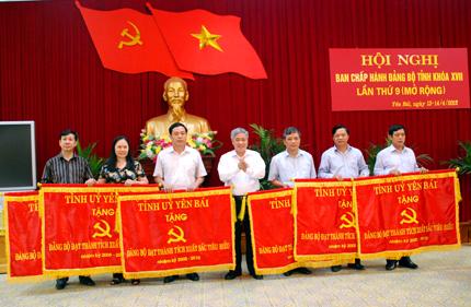 Đồng chí Đỗ Văn Chiến - Bí thư Tỉnh ủy tặng cờ cho 6 Đảng bộ xuất sắc tiêu biểu 5 năm liên tục.