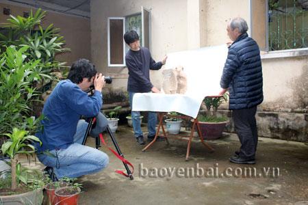 Các chuyên gia Nhật Bản nghiên cứu hiện vật thời Trần tại Bảo tàng tỉnh Yên Bái.