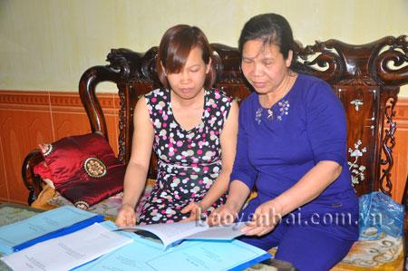 Chị Vũ Thị Hương (bên trái) trao đổi công tác hội phụ nữ với hội viên.