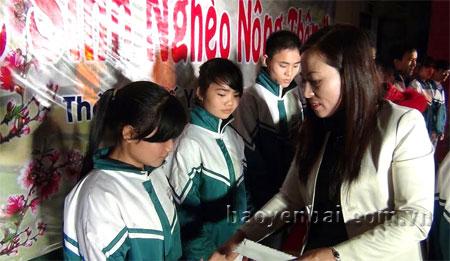 Cô Đỗ Thị Thanh Thủy - Hiệu trưởng Trường Trung học phổ thông Hoàng Quốc Việt tặng quà cho các em học sinh.
