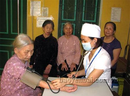 Người cao tuổi phường Nam Cường thường xuyên được chăm sóc sức khỏe tại Trạm Y tế.