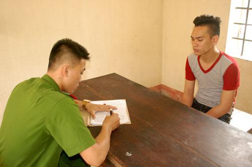 Cán bộ điều tra Công an thành phố Yên Bái lấy lời khai với đối tượng Nguyễn Mạnh Dũng.