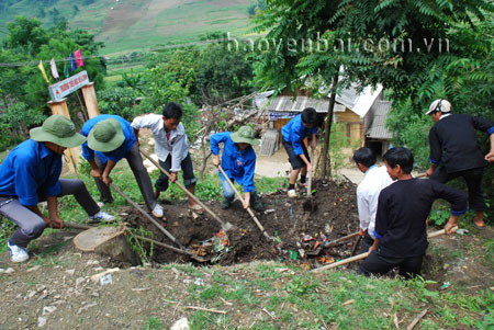 Đào hố rác phục vụ vệ sinh môi trường nông thôn là trách nhiệm của mỗi người dân vì gia đình và cộng đồng. (Ảnh: Tô Anh Hải)