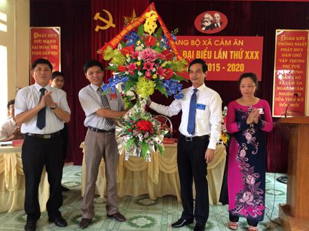 Lãnh đạo Huyện ủy Yên Bình tặng hoa chúc mừng Đại hội.