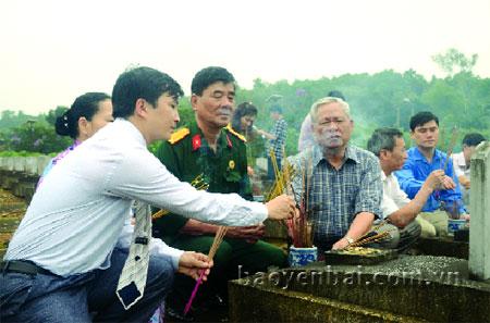 Thắp hương tại các phần mộ liệt sỹ người Yên Bái tại Nghĩa trang Quốc tế Việt - Lào.