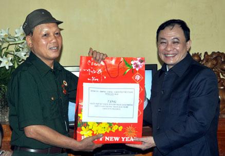 Đồng chí Phạm Duy Cường - Bí thư Tỉnh ủy tặng quà ông Vũ Đình Thống, thương binh hạng 4/4, ở tổ 18, phường Nguyễn Thái Học.