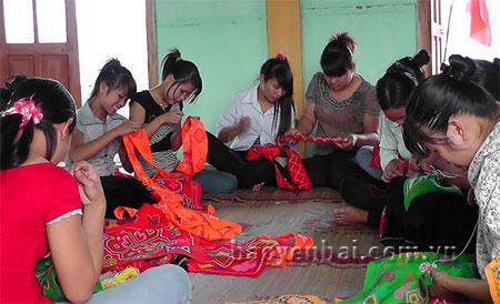 Lao động nông thôn học nghề thổ cẩm vừa phát triển kinh tế vừa giữ nghề truyền thống.