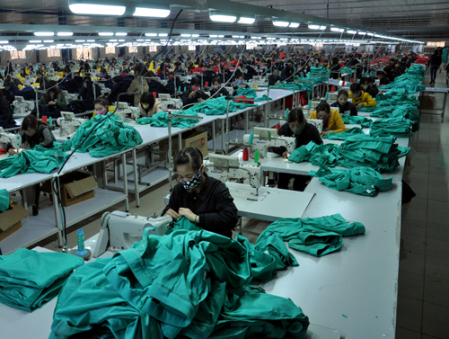 Với công suất 1,5 triệu sản phẩm/năm, Nhà máy may của nhà đầu tư Hàn Quốc tại Cụm công nghiệp Thịnh Hưng giải quyết việc làm cho hàng ngàn lao động địa phương.